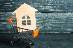 Inversión de la propiedad y concepto financiero de la hipoteca de la casa compra imágenes de archivo libres de regalías