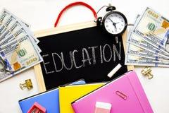 Inversión de tiempo y del dinero en concepto de la educación Diversas fuentes de escuela, billetes de banco Visión superior, cier fotografía de archivo libre de regalías