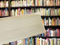 inversión en la lectura y conocimiento, acercamiento a las hojas de un libro cerrado en una librería fotos de archivo libres de regalías
