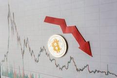 Inversión improductiva de la depreciación del bitcoin virtual del dinero la flecha roja, el bitcoin de plata y los billetes de ba fotos de archivo