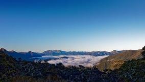 Inversión sobre las altiplanicies, parque nacional de Kahurangi, Nueva Zelanda de la nube fotografía de archivo libre de regalías
