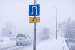 Inversion de signe de route en hiver Images stock