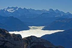 Inversione con il mare autunnale di nebbia sopra il lago Lucerna Immagini Stock