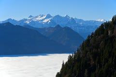 Inversione con il mare autunnale di nebbia sopra il lago Lucerna Immagine Stock