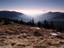 Inversionin die Berge stockbilder