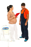 Inverso da mulher gravida com trabalhador fotografia de stock