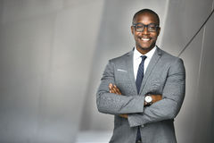 Inversor ejecutivo financiero alegre de la acción del hombre de negocios que se coloca alto y orgulloso Fotografía de archivo libre de regalías