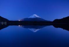 Inverterad bild av Mount Fuji Arkivfoton