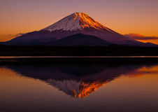 Inverterad bild av Mount Fuji i röd himmel Royaltyfria Foton