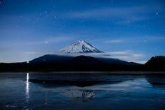 Inverterad bild av Mount Fuji på den djupfrysta sjön Royaltyfri Foto