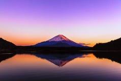 Inverterad bild av Mount Fuji på ottan Arkivfoto