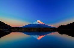 Inverterad bild av Mount Fuji på soluppgång Royaltyfri Foto