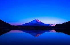 Inverterad bild av Mount Fuji på soluppgång Royaltyfri Fotografi