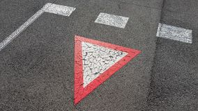 Inverterad vit med triangulär vägmärkeavkastning för röd gräns som du behöver för att vänta royaltyfri fotografi
