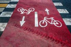 Inverterade vägmärken på asfalt royaltyfria bilder