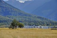 Inverterar- och lagerenergibyggnad för photovoltaic parkerar Fotografering för Bildbyråer