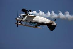 inverterat aerobatic flygplan royaltyfria bilder