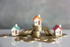 Το μίνι σπίτι στο σωρό των νομισμάτων, των χρημάτων και του σπιτιού, υποθήκη, χρήματα αποταμίευσης για αγοράζει το σπίτι και το δ στοκ εικόνα με δικαίωμα ελεύθερης χρήσης