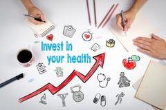 Investa nel vostro concetto di salute Fondo di stile di vita di Healty La riunione alla tavola bianca dell'ufficio fotografia stock