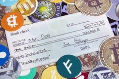 Investeer een miljoen dollarcheque op cryptocurrency stock fotografie