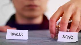 Investeer geld versus sparen geldconcept stock footage