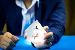 Investeer in onroerende goederen voor de toekomst, de familie en het onderwijs, het krediet en het bankwezen royalty-vrije stock afbeelding