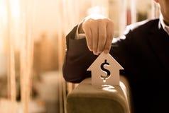Investeer in onroerende goederen voor de toekomst, de familie en het onderwijs, het krediet en het bankwezen stock afbeeldingen