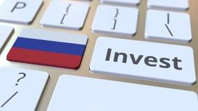 INVESTEER tekst en vlag van Rusland op de knopen op het computertoetsenbord De zaken brachten conceptuele 3D animatie met elkaar  stock video