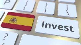 INVESTEER tekst en vlag van Spanje op de knopen op het computertoetsenbord De zaken brachten conceptuele 3D animatie met elkaar i stock video