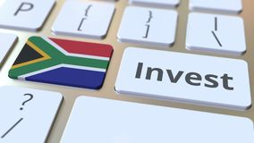 INVESTEER tekst en vlag van Zuid-Afrika op de knopen op het computertoetsenbord De zaken brachten conceptuele 3D animatie met elk stock videobeelden
