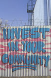 Investeer in uw communautaire verklaring die op F wordt geschilderd stock foto