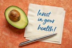Investeer in uw gezondheidsnota over servet stock foto