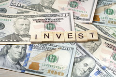 INVESTEER Word op Kubus Het concept van financiën Geld Royalty-vrije Stock Foto's