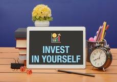 Investeer in zich Bedrijfsconcept met bureaukantoorbehoeften stock foto's