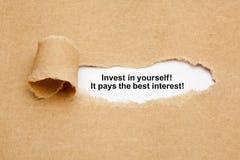Investeer in zich Citaat Gescheurd Document Concept stock afbeeldingen