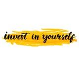 Investeer in zich Inspireer met de hand geschreven citaat Stock Foto's
