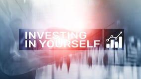 Investeer in zich Persoonlijk ontwikkeling en onderwijsconcept op samenvatting vage achtergrond stock fotografie