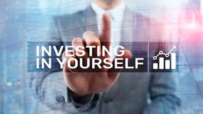 Investeer in zich Persoonlijk ontwikkeling en onderwijsconcept op samenvatting vage achtergrond stock afbeelding