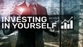Investeer in zich Persoonlijk ontwikkeling en onderwijsconcept op samenvatting vage achtergrond royalty-vrije stock afbeeldingen