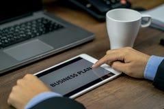 Investeerder of bedrijfsmens die of het businessplan herzien controleren stock afbeelding