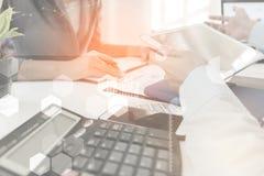 Investeerder dienen de uitvoerende het bespreken gegevens van de plan financiële grafiek over bureau in, financieren, het rekensc Stock Foto