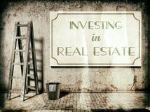 Investendo nel bene immobile sulla parete Fotografia Stock Libera da Diritti