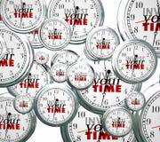 Investera din Tid många klockor som konkurrerar prioritetsjobbuppgifter Arkivfoto
