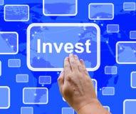 Investera ordknappen som föreställer sparande Arkivbild