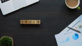 Investering, bedrijfsvrouw die woord van kubussen, het werk bij het beloven van project maken stock videobeelden