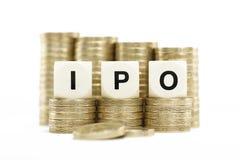 IPO (initial allmänhet som erbjuder) på guld- myntar på whi royaltyfri fotografi