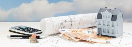 Investering in oude de bouwvernieuwing, modelhuis, geld en ca stock fotografie