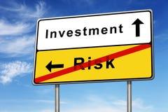 Investeringen och riskerar vägmärkebegrepp Arkivfoto