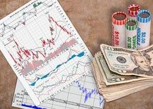 Investeringsgrafieken en Contant geld royalty-vrije stock afbeelding
