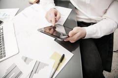 Investeringsmanager het werk proces Het werk moderne tablet van de fotohandelaar Wat betreft elektronisch apparaat Grafisch, beur royalty-vrije stock foto's